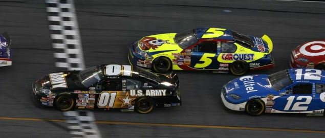 Kevin Harvick overtakes Mark Martin to win the 2007 Daytona 500